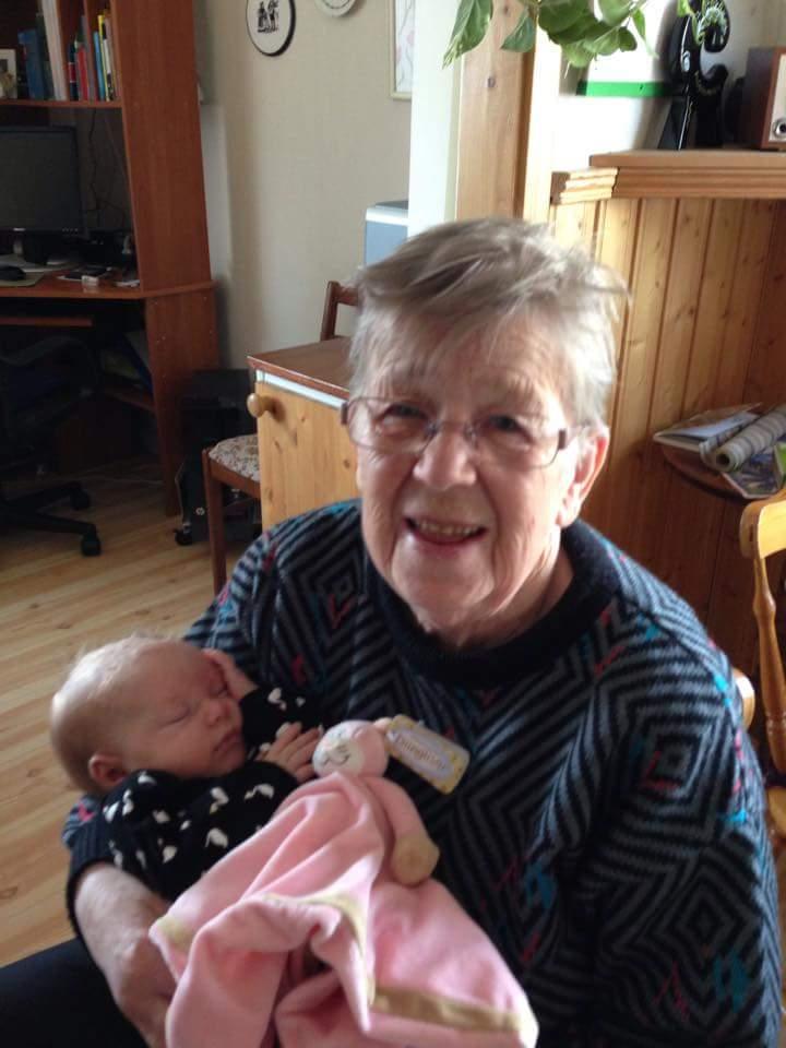 Gunhild Lindgren med sitt barnbarnsbarn Ellie