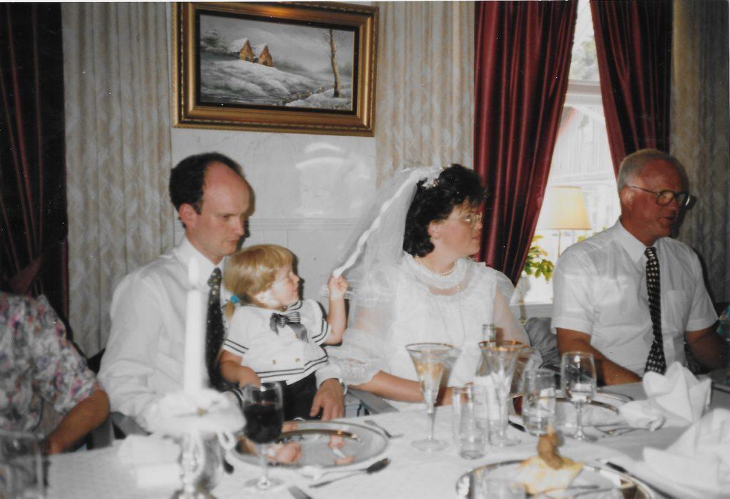 Bröllop 1994, Gunilla Lindgren och Tommie Sjöberg. Mikaela och Anton är brudnäbbar. Patriks dop
